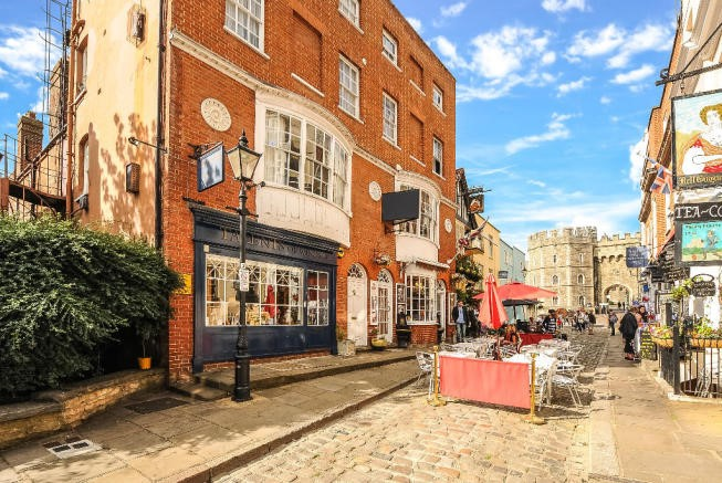 12 Church Street Windsor SL4 1PD – prime shop to let opposite The Castle
